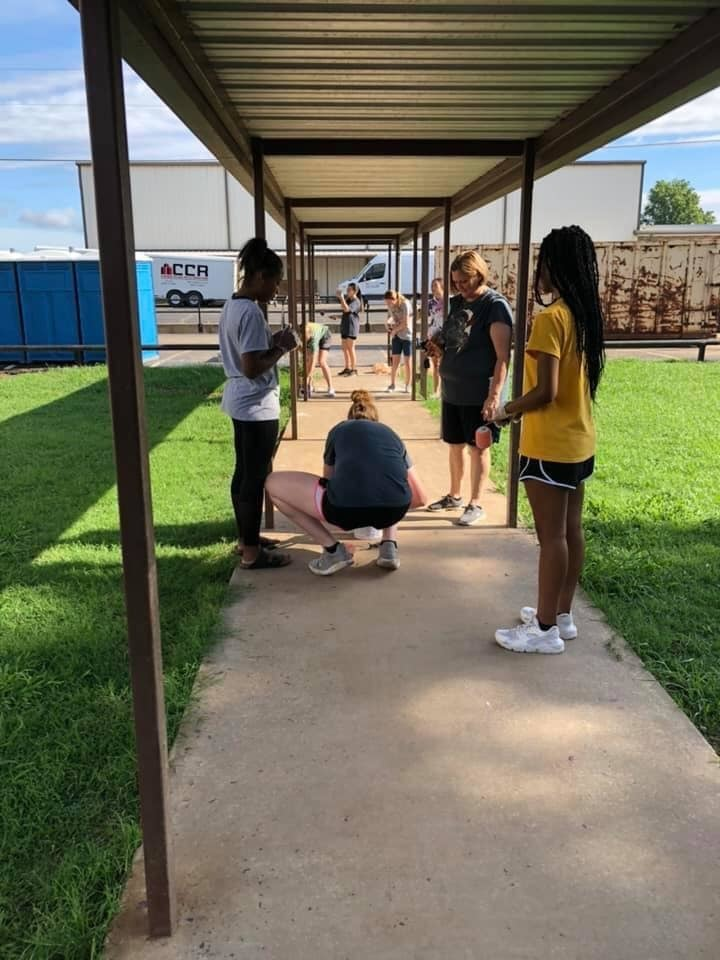 ‪Coach Jana Armer and her Lady Bulldogs working at Moffett(Local K thru 8 school that was hit by the recent flood) Great job Ladies!!